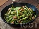 Рецепта Зелен боб на тиган с пилешки кюфтенца и сусам
